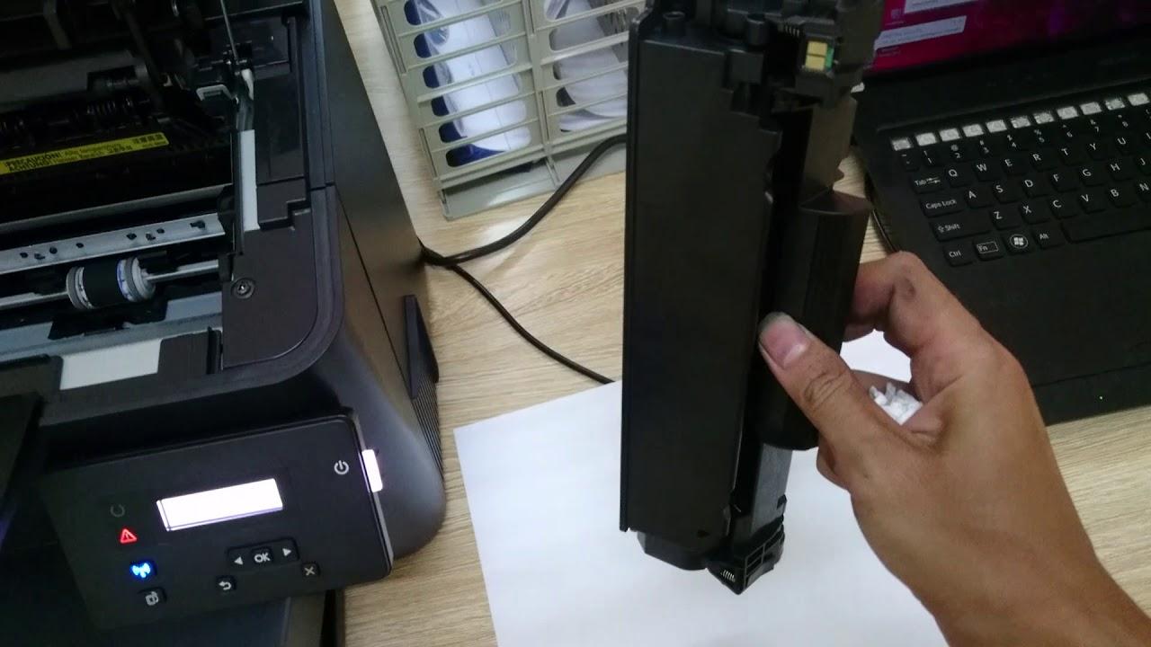 Tháo lắp máy in để đổ mực khá khó khăn không phải ai cũng làm được.